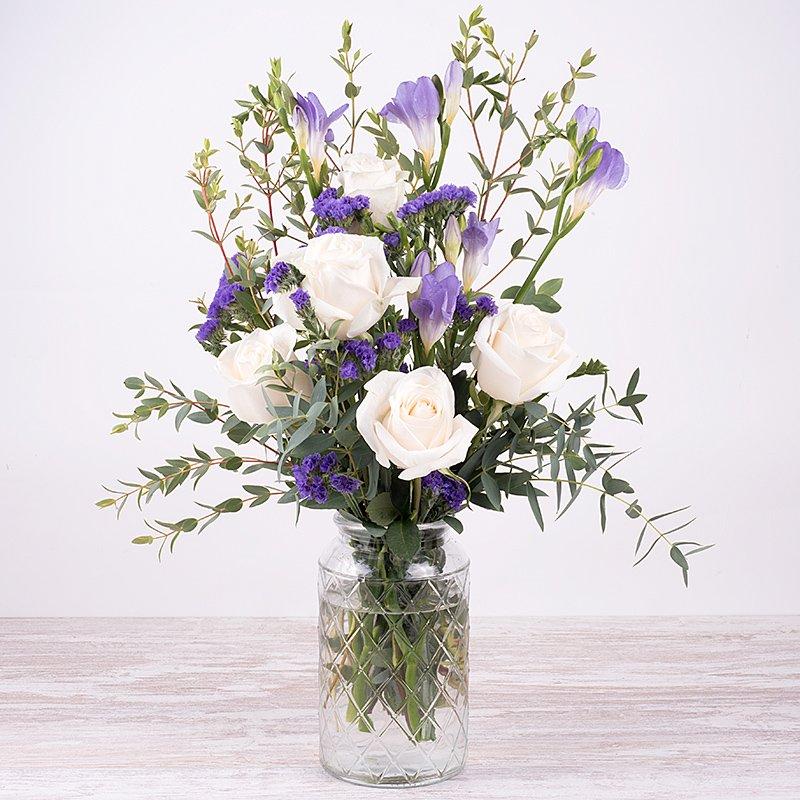 Dulce perfume - rosas blancas con flor lila